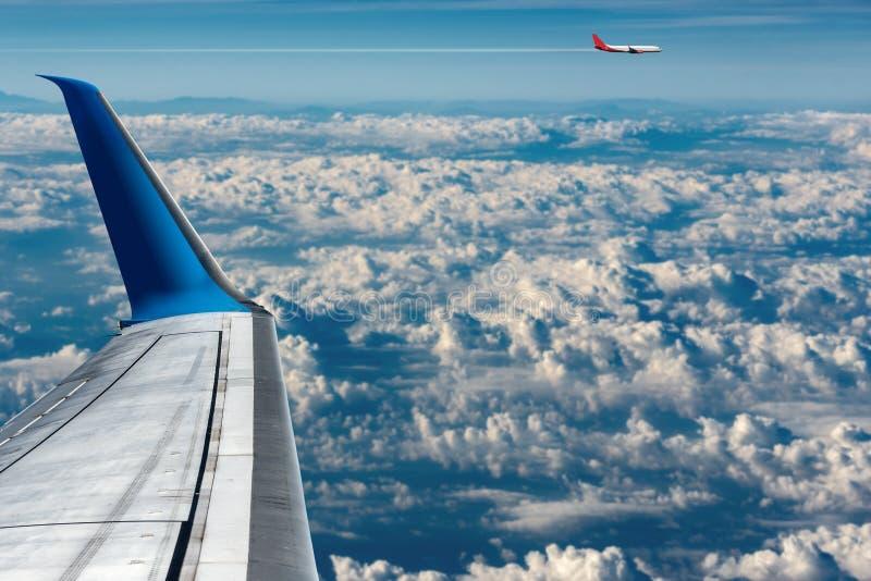 Коммерчески самолеты летая над облаками стоковые фотографии rf