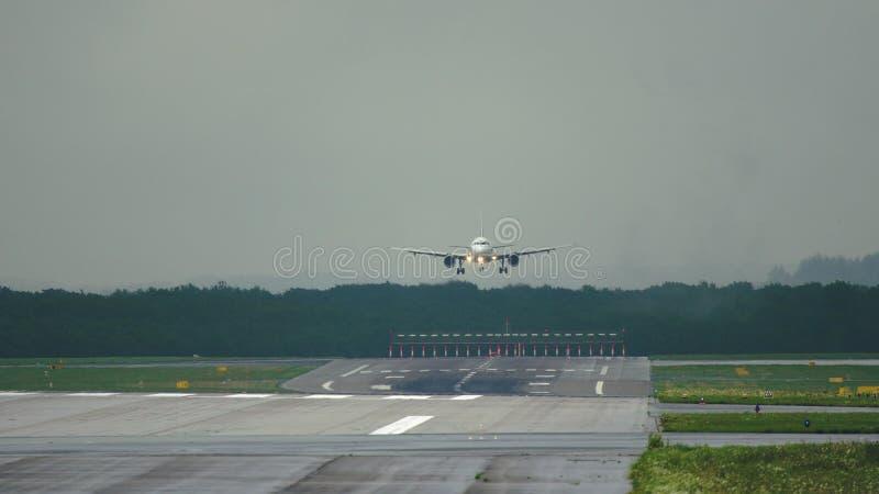 Коммерчески самолет причаливая к приземляться стоковая фотография rf
