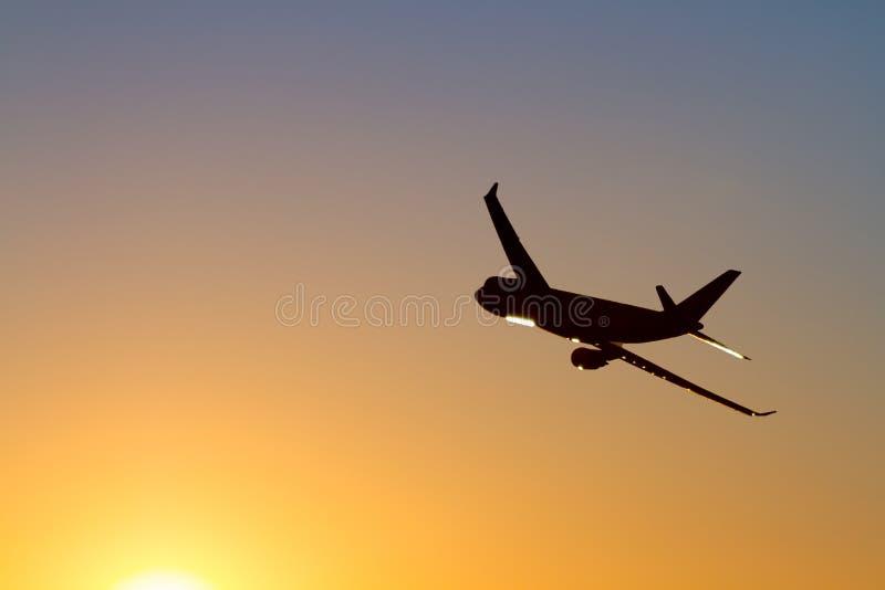Коммерчески силуэт авиалайнера двигателя, в полете на зоре стоковое изображение rf
