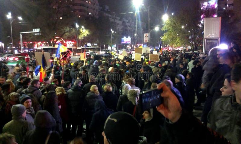 Коммунизм массивнейшего протеста анти- и pro демократия в Бухаресте стоковое изображение