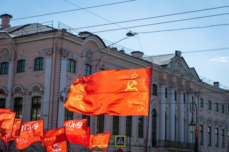 Коммунистическая партия флага Российской Федерации в политическом параде в России стоковые фотографии rf