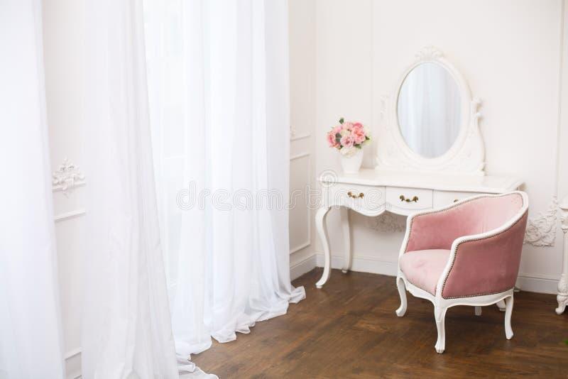Комната будуара с розовым мягким креслом стоковое фото rf