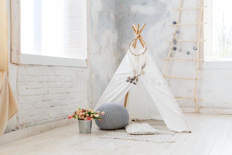 Комната детей в просторной квартире или деревенском стиле стоковое фото rf