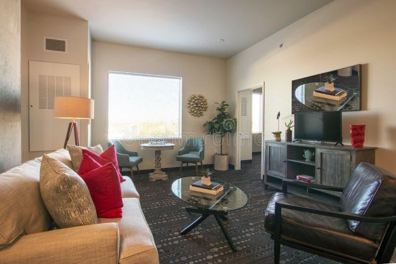 Комната и мебель современной новой квартиры живущая стоковая фотография rf