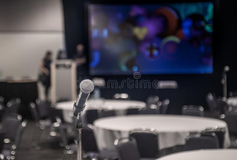 Комната концерта конференции с mic для публичного выступления и представления стоковая фотография