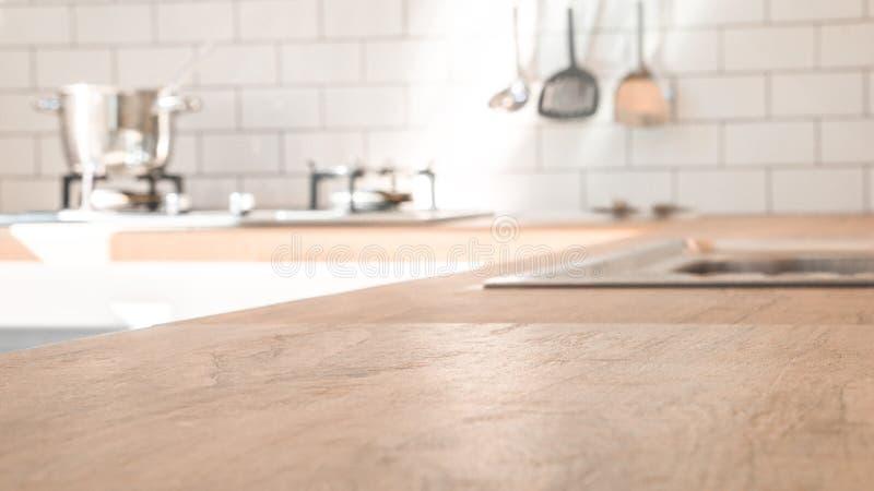 Комната кухни и концепция предпосылки - запачканная коричневая деревянная верхняя часть счетчика кухни с красивой современной вин стоковая фотография rf