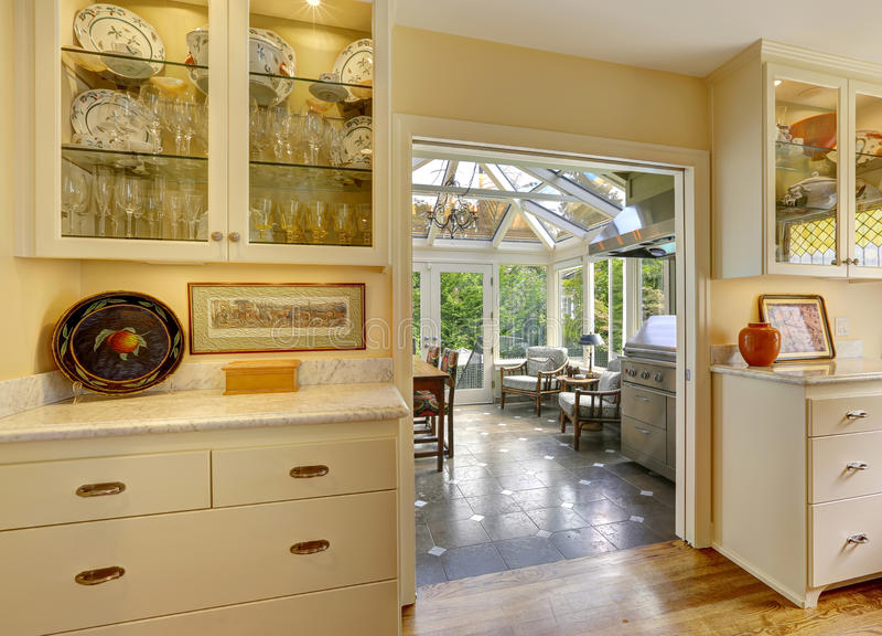 Комната кухни с выходом к району патио в sunroom стоковое фото