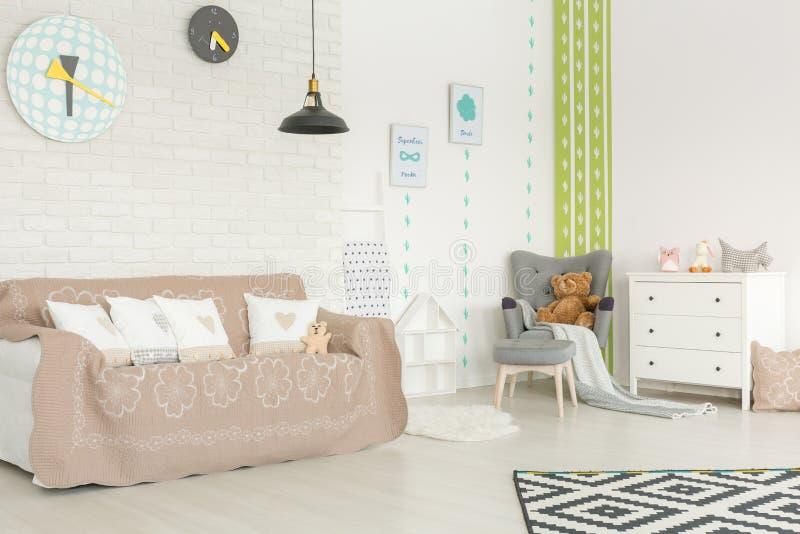 Комната младенца с обоями кактуса стоковая фотография