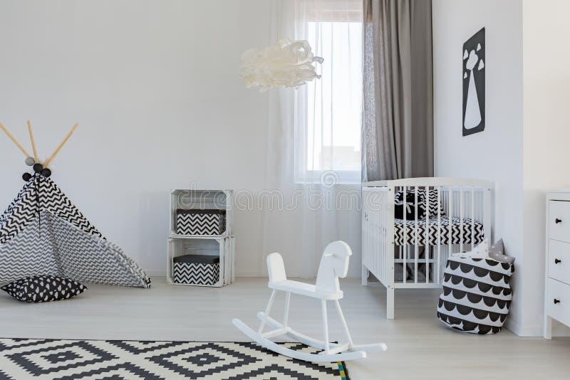 Комната младенца с шпаргалкой стоковые изображения rf