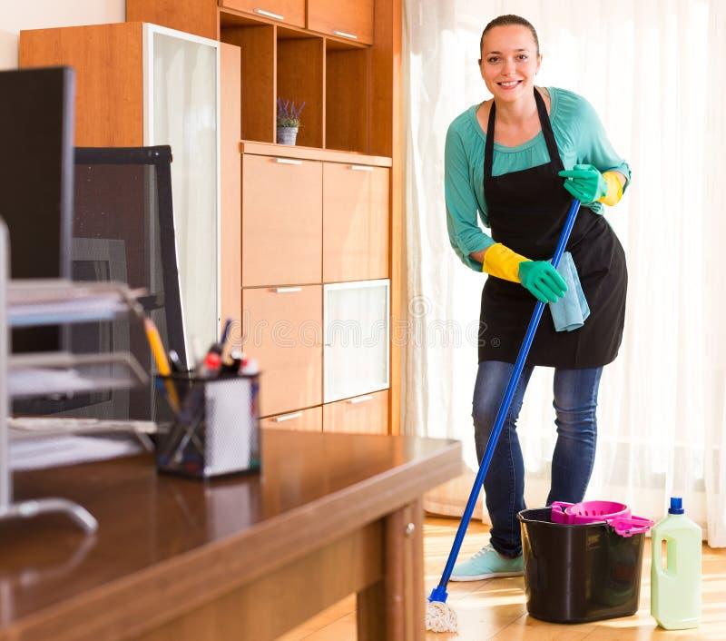 Комната офиса чистки женщины стоковые фотографии rf