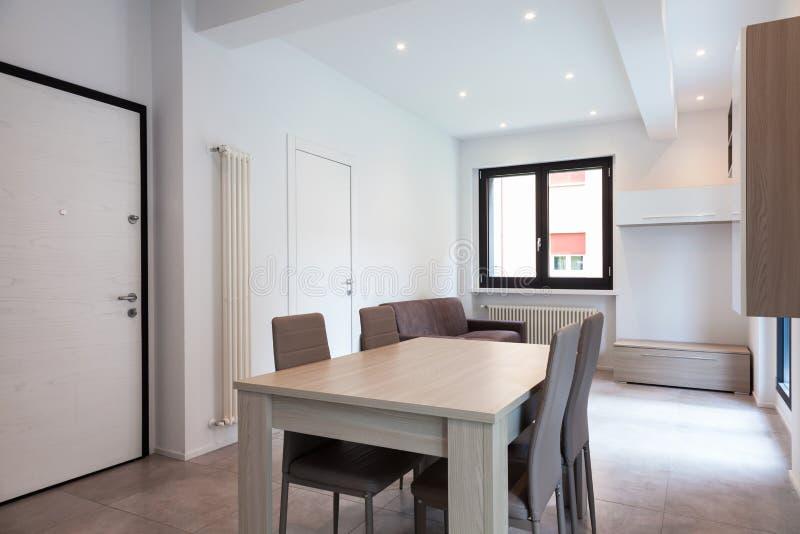 Комната самомоднейшей квартиры живущая стоковое фото rf