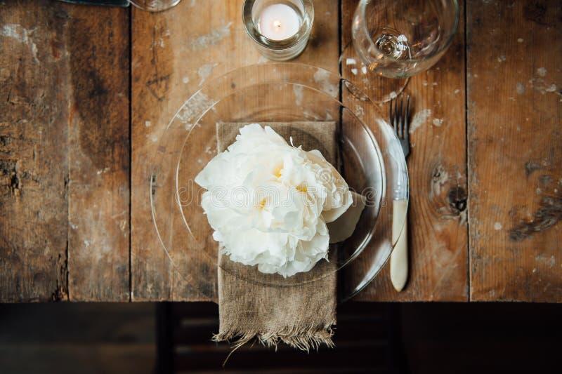 Комната свадьбы украсила стиль просторной квартиры с таблицей и аксессуарами стоковая фотография rf