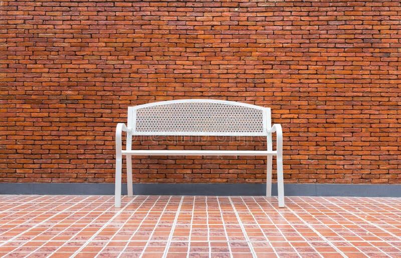 Комната схематического белого стула пустая с предпосылкой кирпичной стены стоковое фото