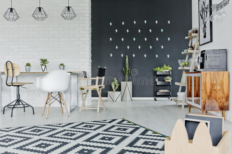 Комната с декоративной стеной доски стоковые фото