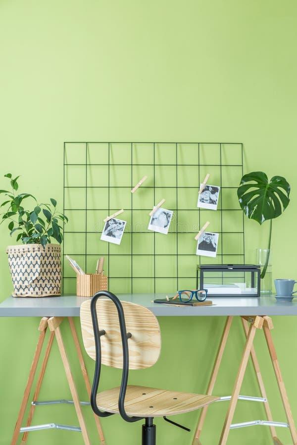 Комната с зеленой стеной стоковые изображения rf
