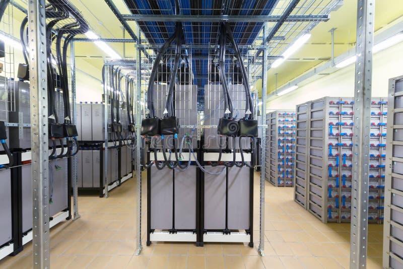 Комната с кабелями и много батарей. стоковые фото