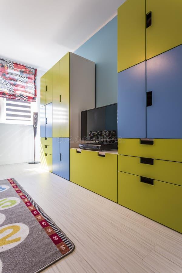 Комната с красочной встроенной мебелью стоковое изображение