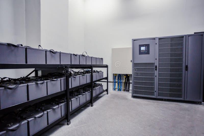 Комната с много кабелей и много батарей стоковое фото rf