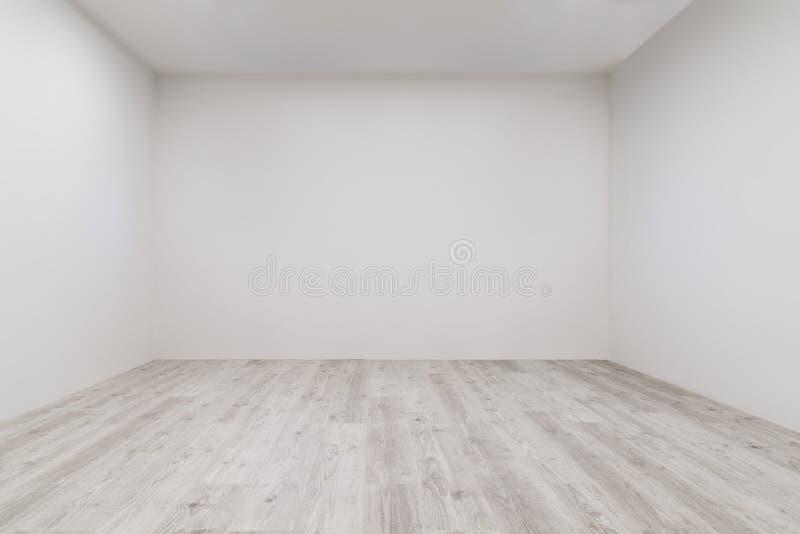 Комната с побеленным ламинатом и заново покрашенной стеной стоковое фото rf