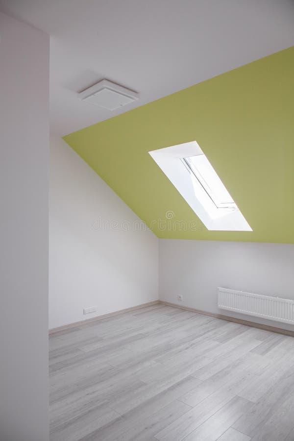 Комната с склонной стеной стоковая фотография rf