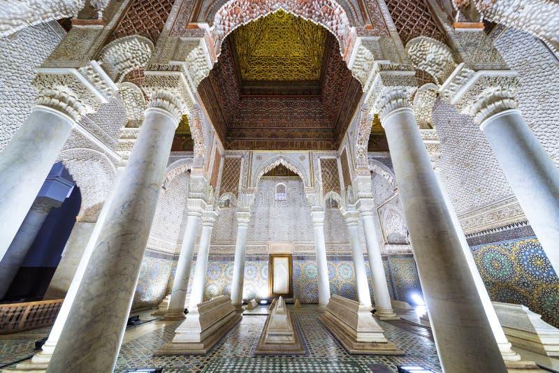 Комната с 12 столбцами в усыпальницах Saadian, Marrakech стоковые фотографии rf