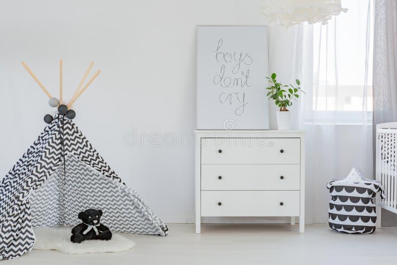 Комната с commode и teepe стоковые изображения rf