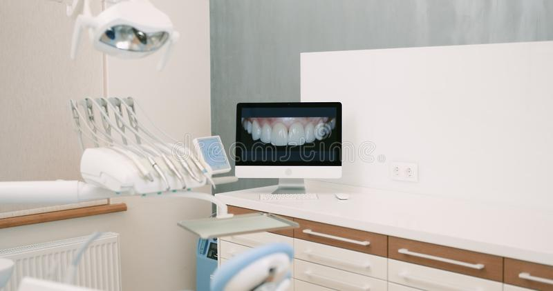 Комната хирургии зубоврачевания работая полная современного оборудования стоковые фото