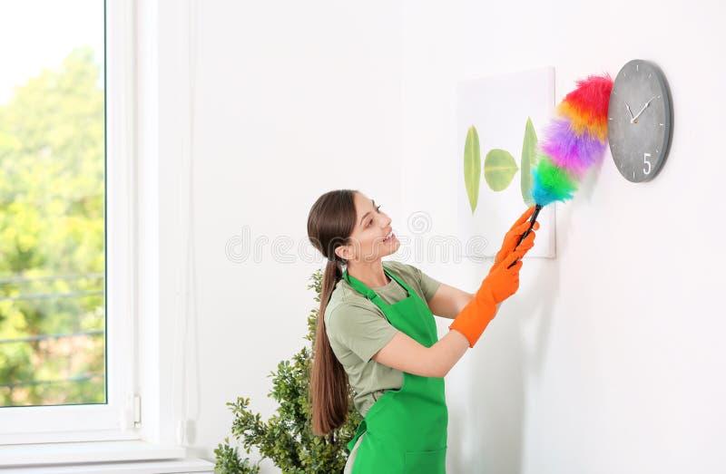 Комната чистки молодой женщины с щеткой припудривания стоковая фотография rf