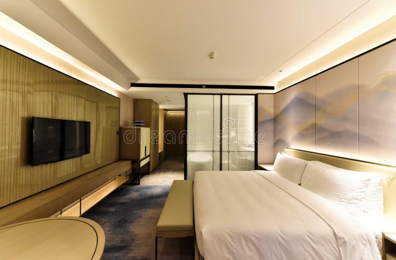 Комната ярких и комфортабельном отеле стоковые изображения