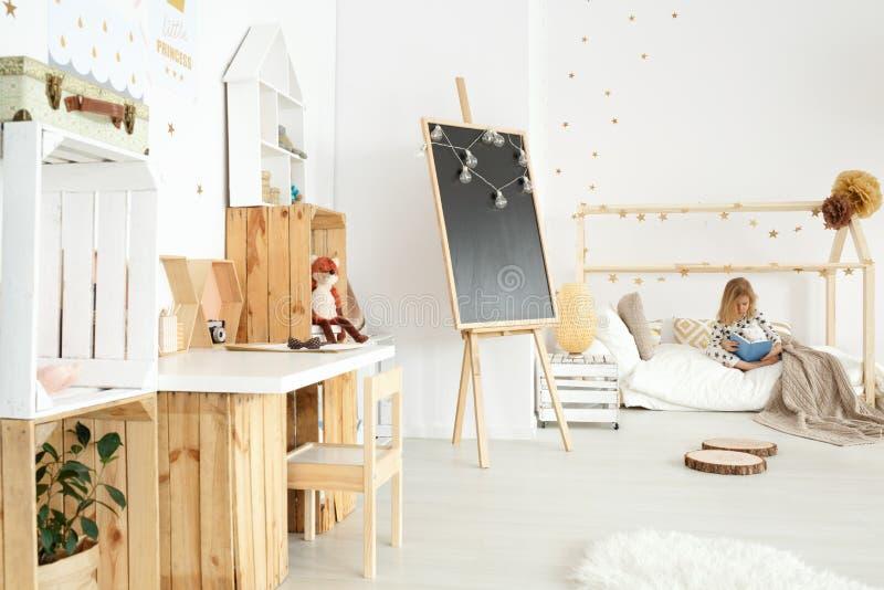 Комната ` s маленькой девочки стоковые изображения rf