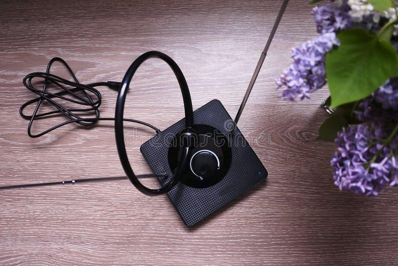 Комнатная антенна для получать сигнал ТВ Установите около окна и уловите ТВ o стоковые изображения rf