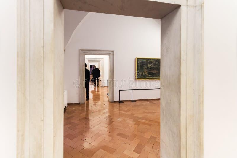 Комнаты с современным искусством в музее Ватикана стоковые фото