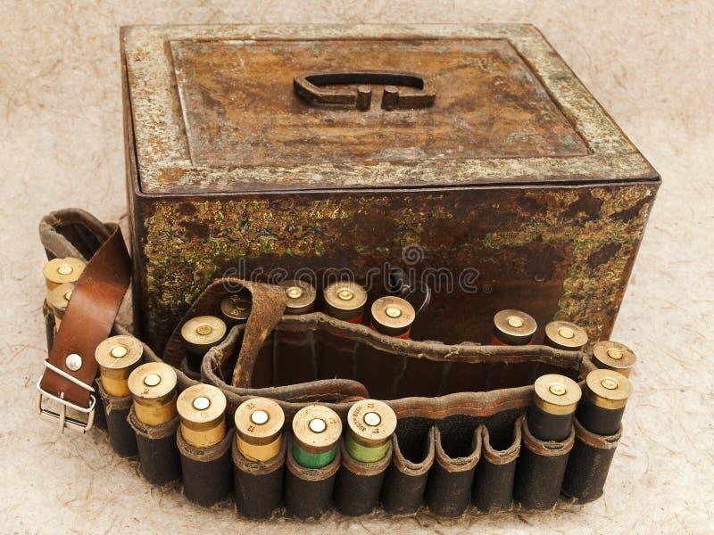 комод патрона охотясь старая винтовка стоковое фото