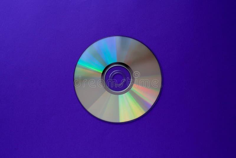 Компакт-диск CD на темно-синем взгляде сверху предпосылки с космосом экземпляра стоковые фотографии rf