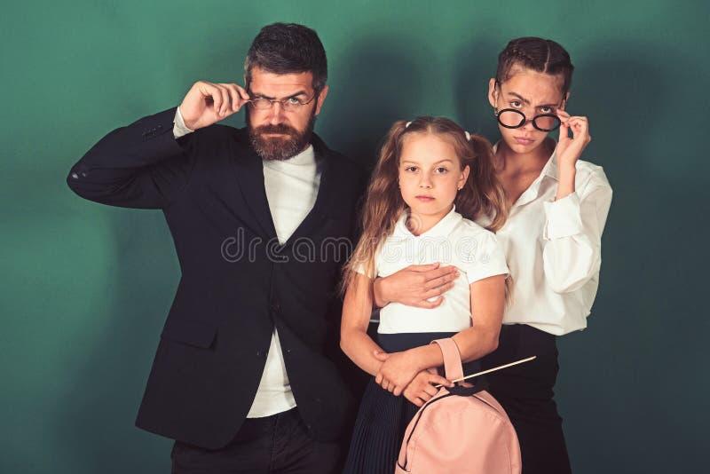 Компания бородатого учителя человека и студентов девушек имея друзей  стоковое изображение rf