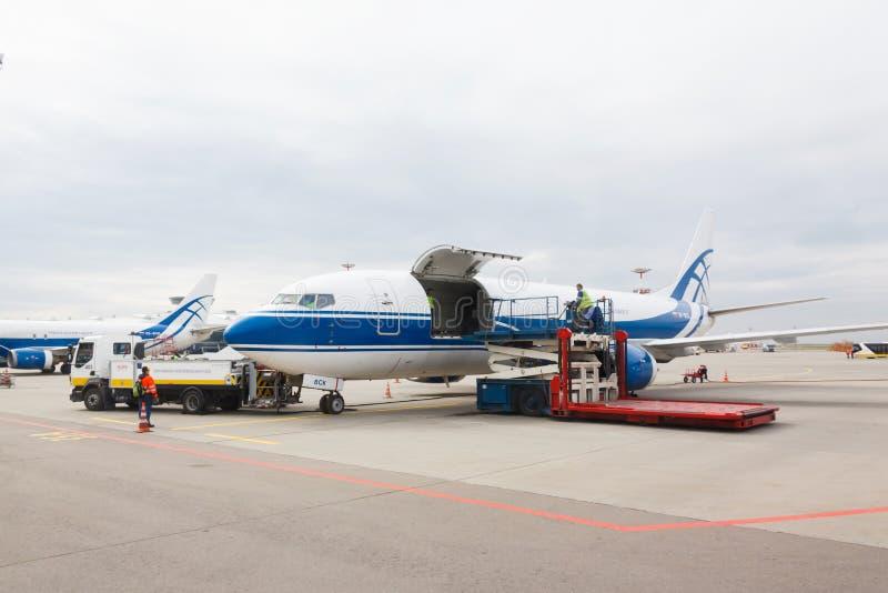 Компания Волга-Днепр Боинга 737 Воздушные судн груза подготавливая для взлета стоковая фотография