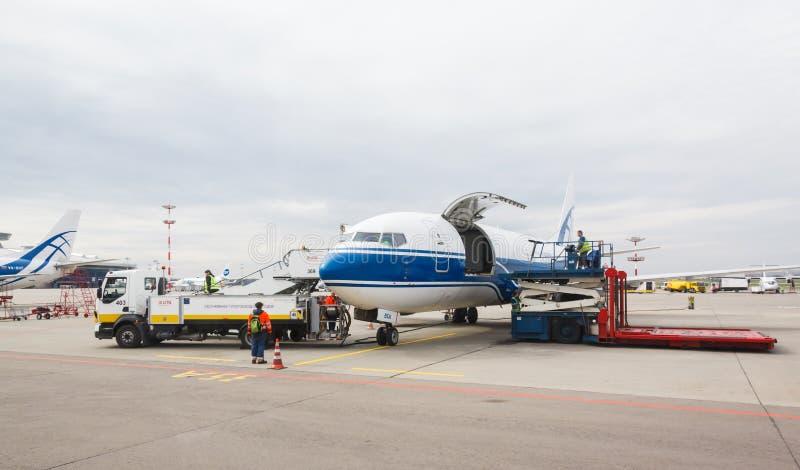 Компания Волга-Днепр Боинга 737 Воздушные судн груза подготавливая для взлета стоковое фото rf