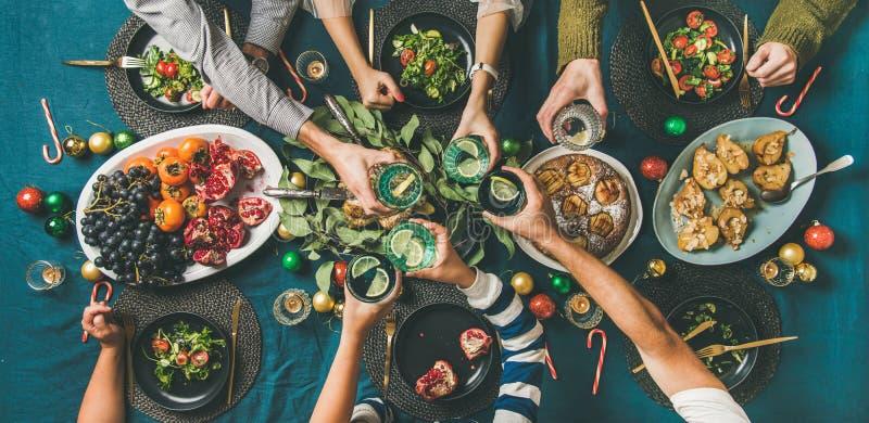 Компания друзей или семьи празднуя рождество совместно, взгляд сверху стоковые изображения