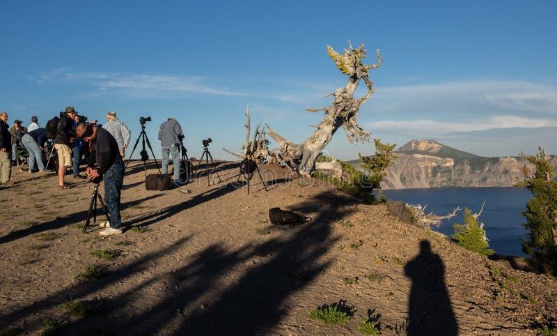 Компановка фотографов на озере кратер стоковые фото