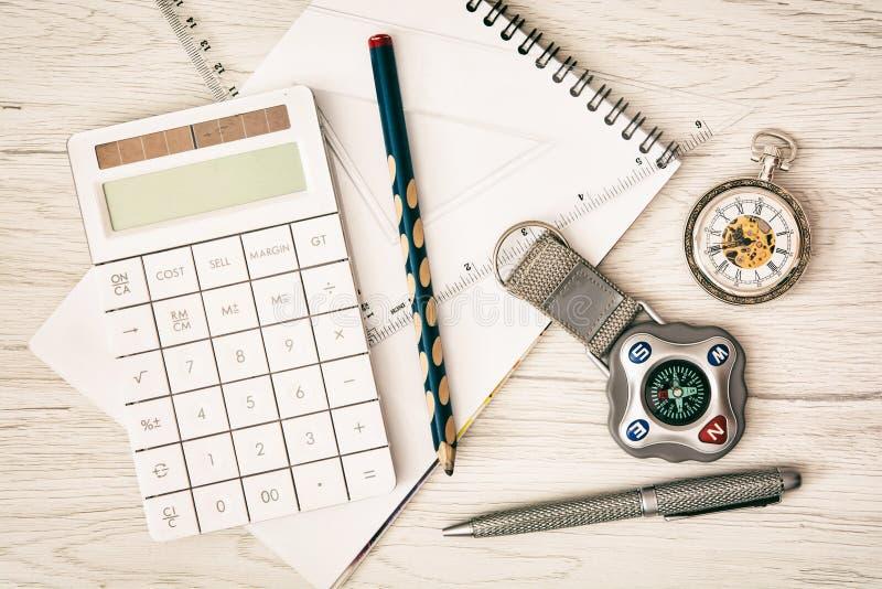 Компас, карманный вахта, калькулятор, блокнот, правитель, ручка и penci стоковое фото