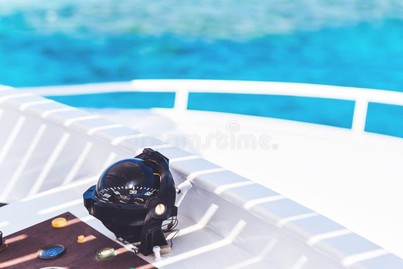 Компас на белой яхте обозревая голубое море стоковые фотографии rf