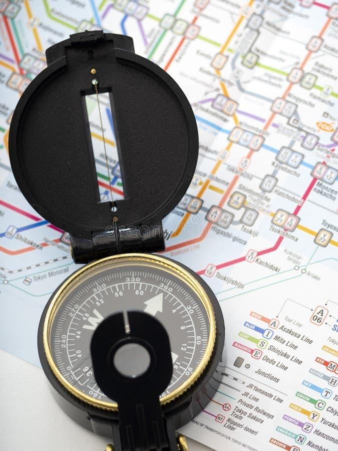 Компас на карте путешествуя в Японии стоковые фотографии rf
