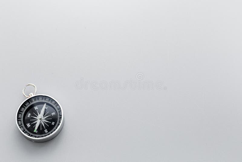 Компас на сером космосе экземпляра взгляд сверху предпосылки стоковая фотография rf