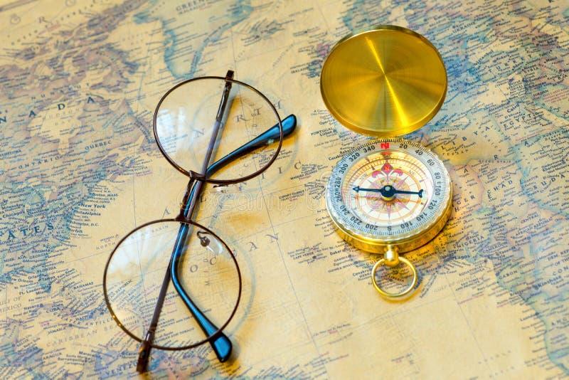 Компас старого золота с крышкой и зрелища на винтажной карте, макросе стоковые фотографии rf