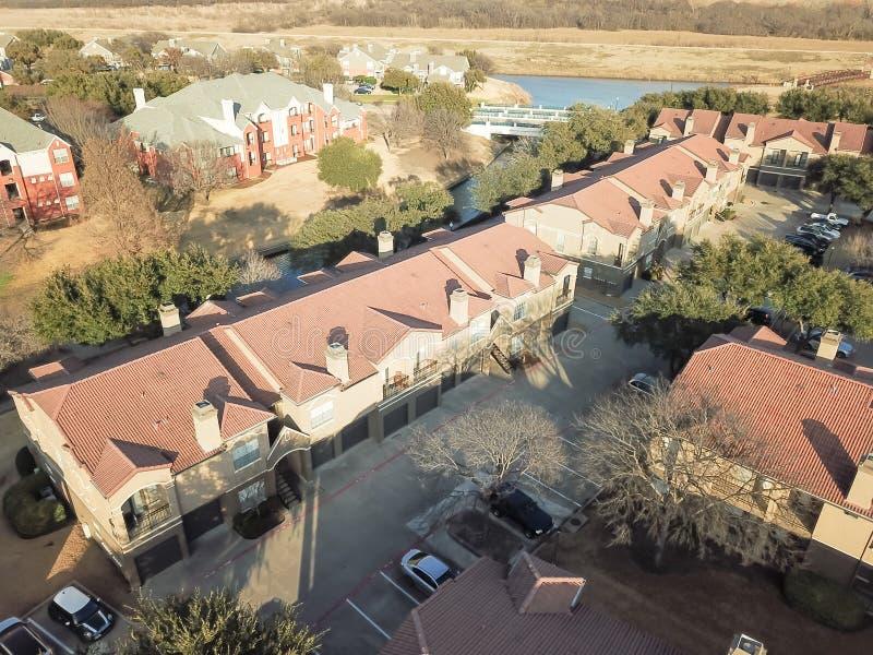 Комплекс апартаментов вида с воздуха около канала в Ирвинге, Техасе, США стоковое фото rf