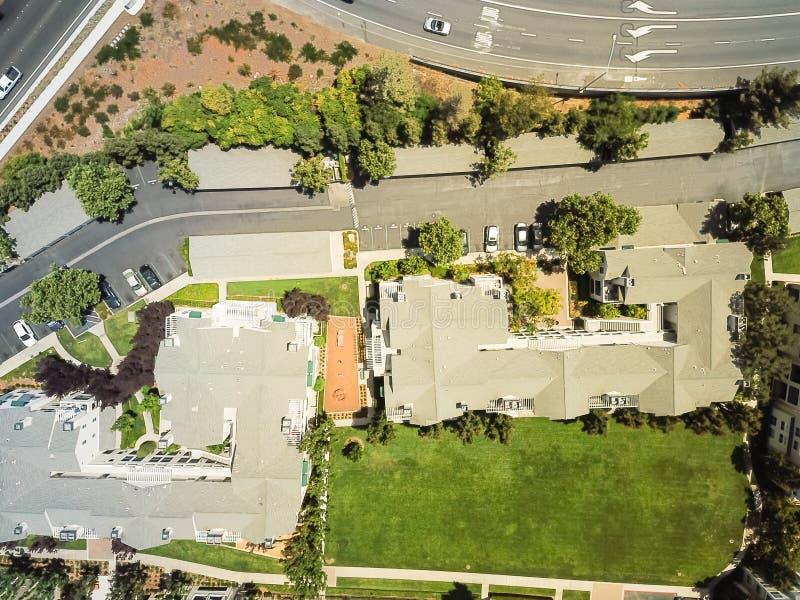 Комплекс жилого дома взгляд сверху около скоростного шоссе в Cupertino, c стоковые фото