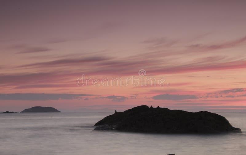 Комплекты Солнця на малом острове стоковое изображение rf