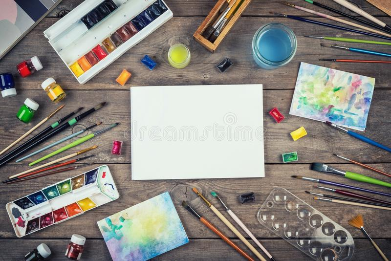 Комплект аксессуаров художника Краски aquarelle акварели, bru искусства стоковое изображение rf