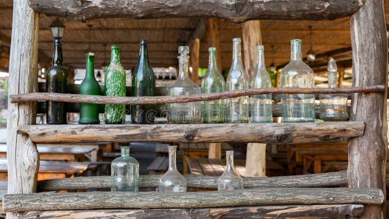 Комплект античных стеклянных бутылок стоковое фото