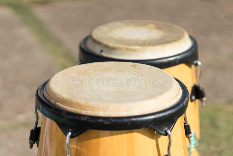Комплект барабанчика конго на траве в стадионе для приветственного восклицания стоковое изображение